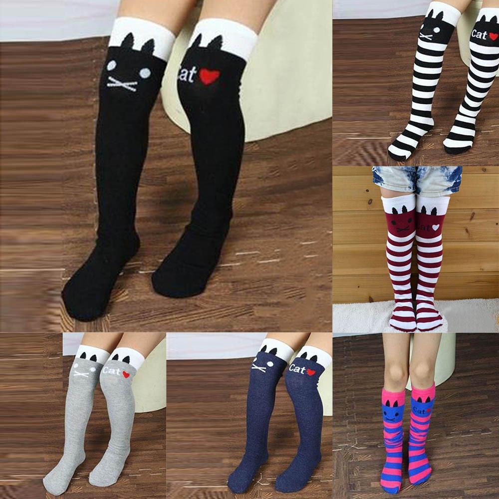 f32fcf63af0 La paire de chaussette haute blanche est vraiment la tendance que vous  devrez porter en matière de mode. Avec une jolie jupe courte et une paire  de bottes ...